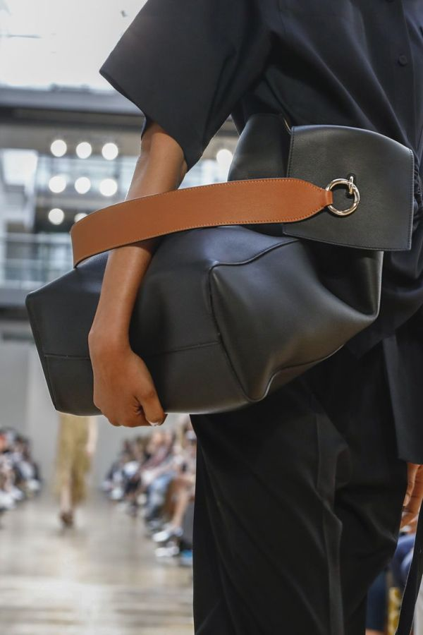 Коллекция весна-лето 2019 Ports 1961. Черная объемная сумка с коричневым ремешком