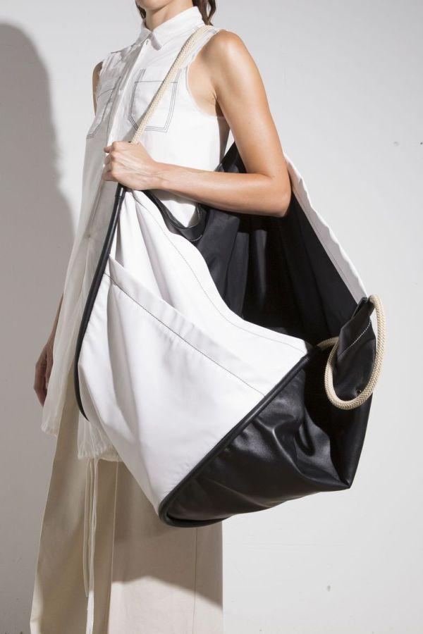 Черно-белая сумка тоут и оверсайз из коллекции Proenza Schouler весна-лето 2019