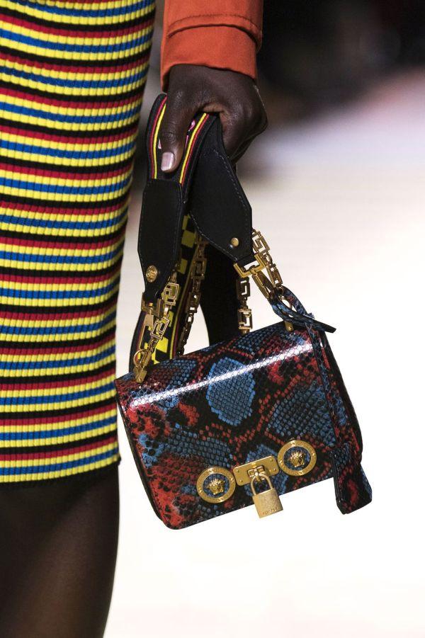 Сумка со змеиным принтом и золотой фурнитурой Versace