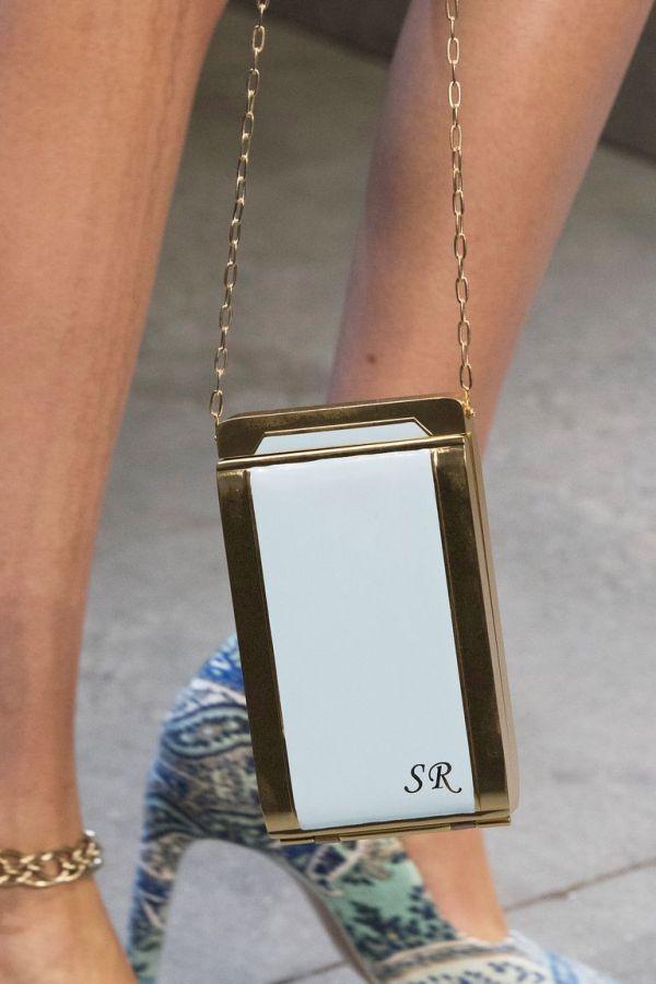 Золотая сумка с белой вставкой на тонкой цепи. Коллекция весна-лето 2019 Zimmermann