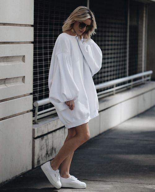 Белое платье худи с пышными рукавами
