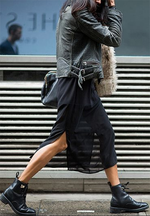 Черное шифоновое платье, кожаная куртка, ботинки