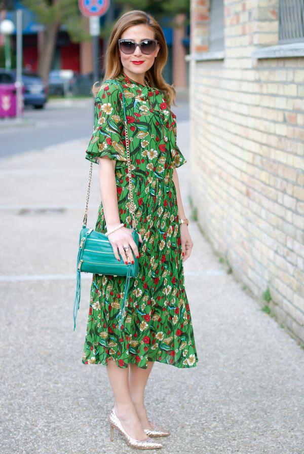 Зеленое шифоновое платье в цветочек и золотые туфли
