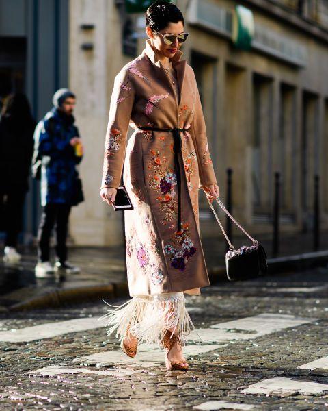 Многослойный образ с шифоновым платьем с бахромой