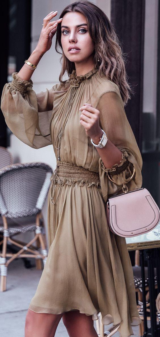 Коричневое шифоновое платье с длинными рукавами и нежно-розовая сумка