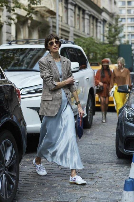 Голубое шифоновое платье в пол, белые тапочки и твидовый жакет