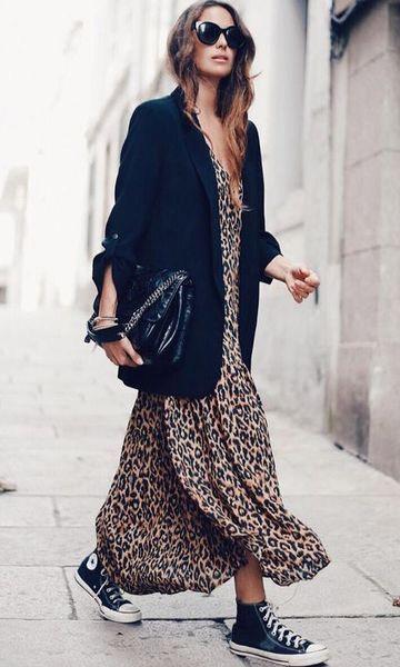 Шифоновое платье с леопардовыми принтом, кеды, жакет