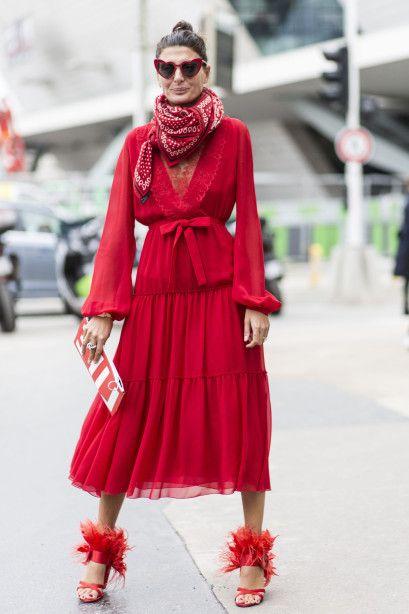 Красное шифоновое платье с коралловыми босоножками и шарфом на Джованне Батталье-Энгельберт
