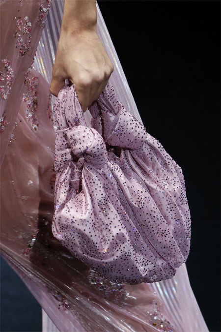 Сумка в тон платью из коллекции Giorgio Armani весна-лето 2019