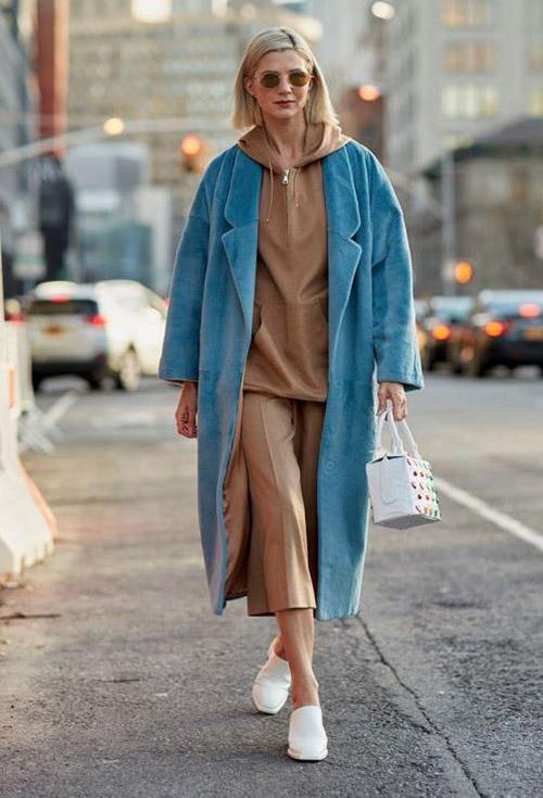 Голубое пальто и коричневое худи
