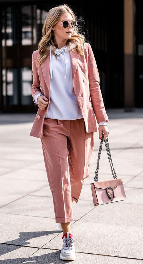Розовый костюм и серое худи
