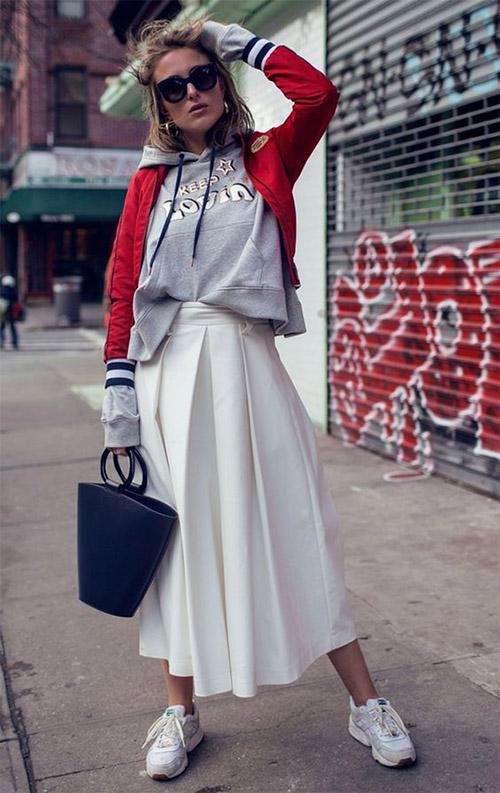 Худи серого цвета и длинная белая юбка