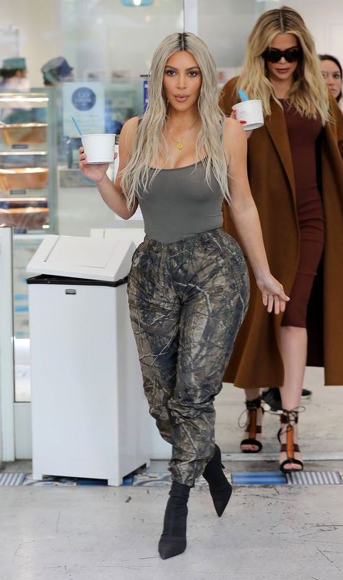 Ким Кардашьян в ботильонах-носках