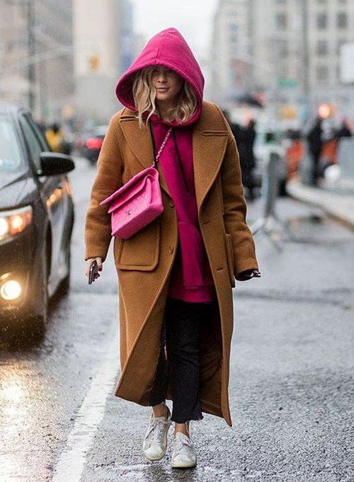Коричневое пальто и толстовка цвета фуксия
