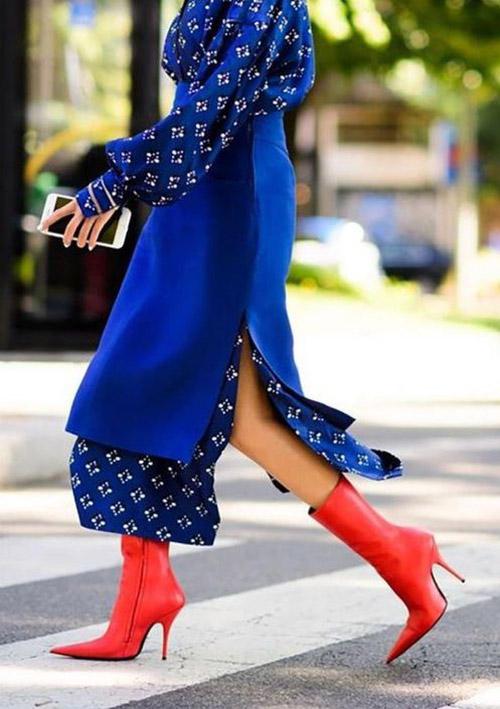 Красная облегающая обувь с синим верхом