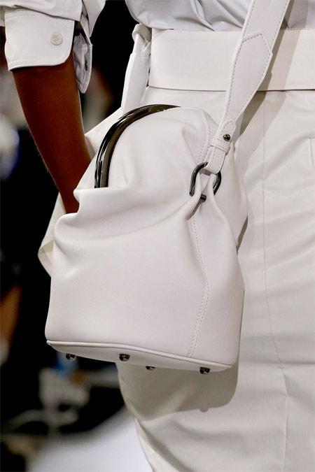 Белая сумка к белому костюму, коллекция Max Mara SS 2019
