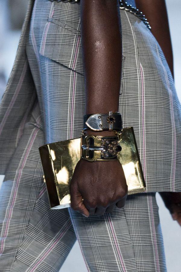 Модные тренды женских сумок - это небольшие клатчи, которые помещаются в руке