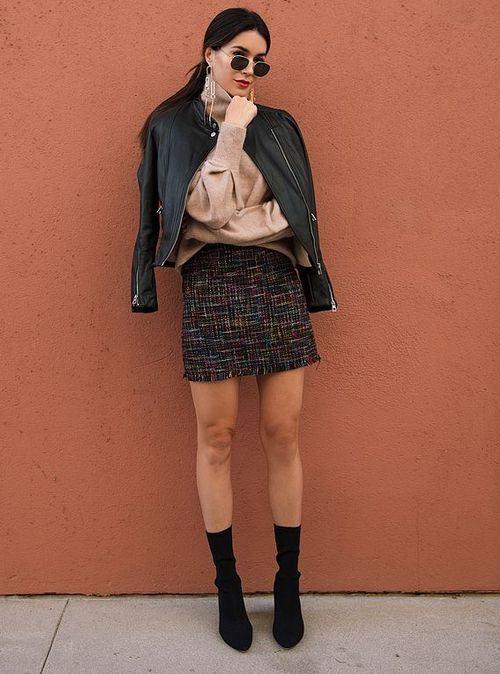 Осенняя мини-юбка с ботильонами и кожаной курткой
