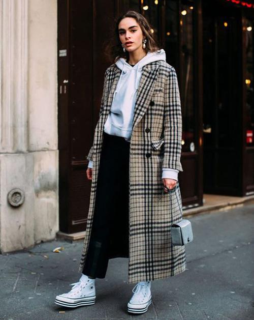 Модное пальто в клетку и толстовка с капюшоном