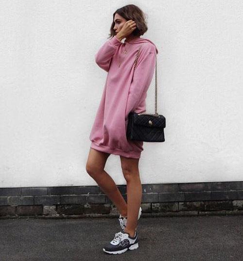 Розовое платье-толстовка с кроссовками