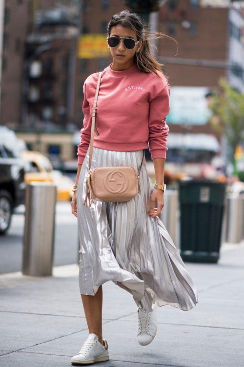 Розовый свитшот и плиссированная юбка
