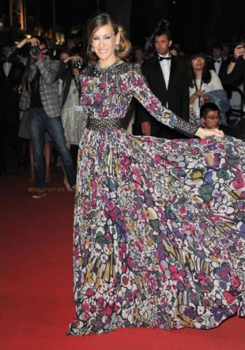 На актрисе шифоновое платье то ли с абстрактным, то ли с цветочным принтом, то ли с абстрактно-цветочным
