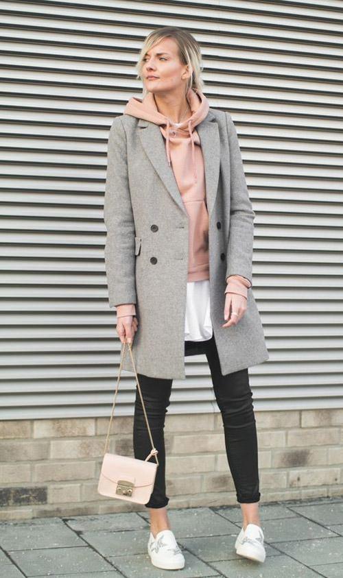Серое пальто и розовое худи