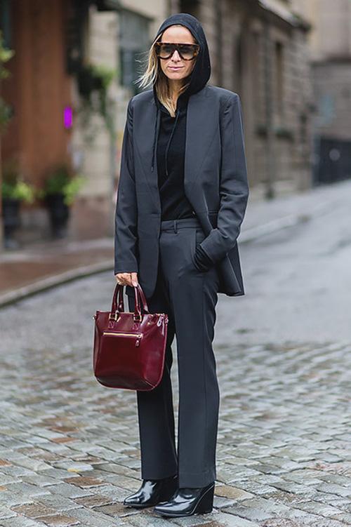 Серый деловой костюм и черное худи