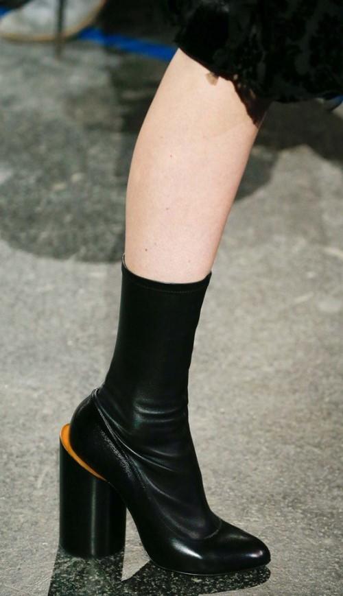 Кожаные ботильоны-носки черного цвета с устойчивым каблуком