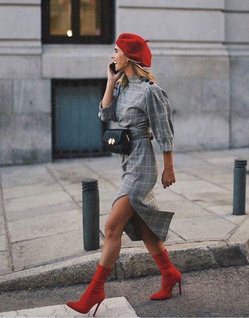 Красная обувь на шпильке с серым осенним платьем