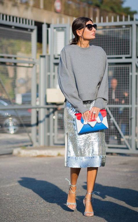 Джованна Батталья-Энгельберт в серой толстовке и юбке цвета металлик с пайетками
