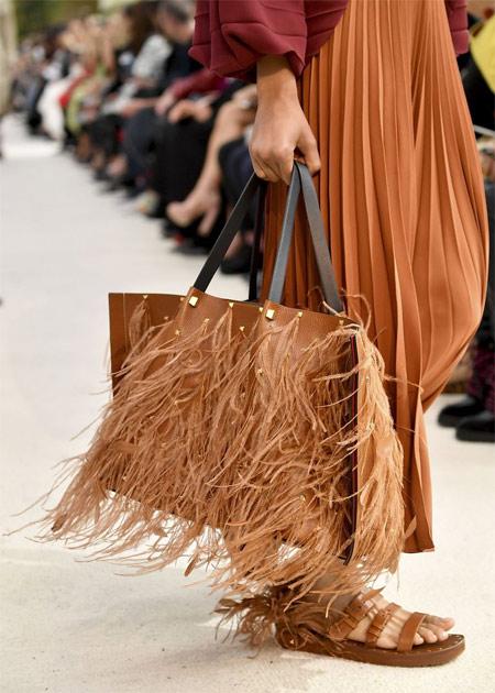 Бежевая сумка тоут с перьями от Valentino весна-лето 2019