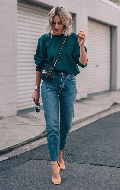 Синие однотонные джинсы и зеленый свитшот