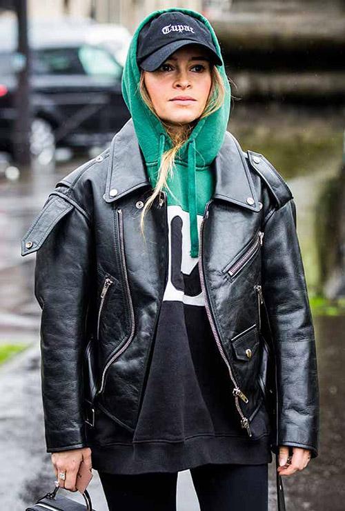 Зеленое худи с черной джинсовой курткой
