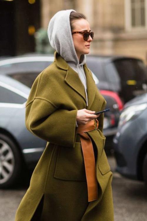 Зеленое пальто и серое худи