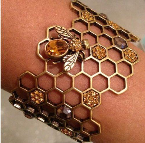 Золотой браслет с янтарем