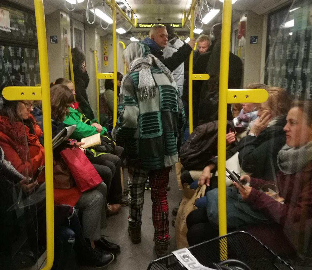 Стильный попрошайка в метро