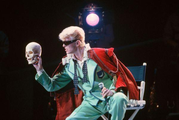 Образ Дэвида Боуи с мятным костюмом и черепом