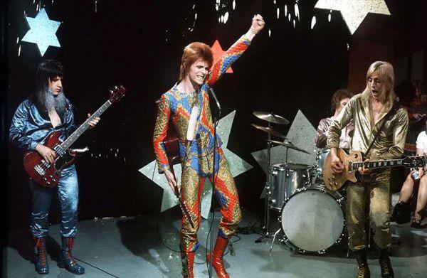 Разноцветный стеганый костюм Дэвида Боуи