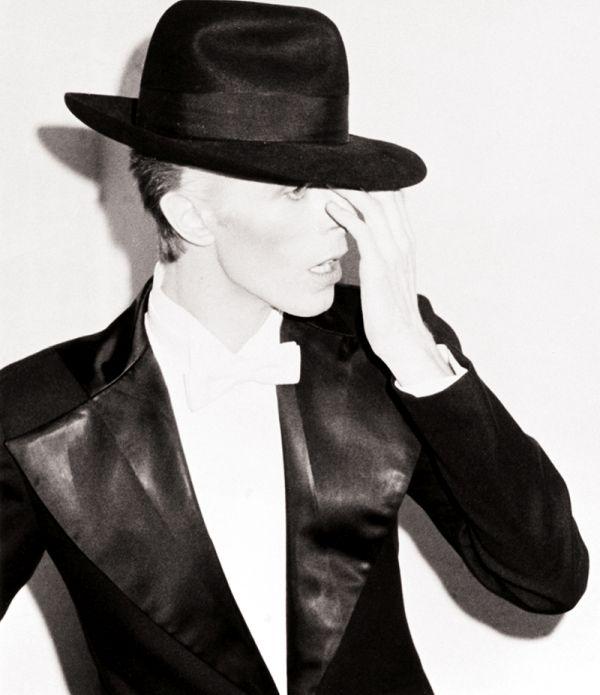 Дэвид Боуи в черном костюме, белой бабочке и черной шляпе