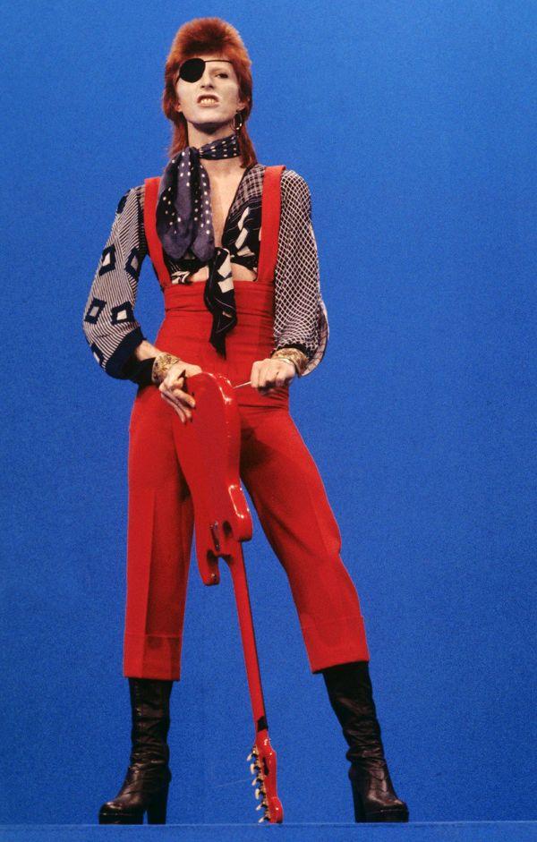 Дэвид Боуи в красном комбинезоне