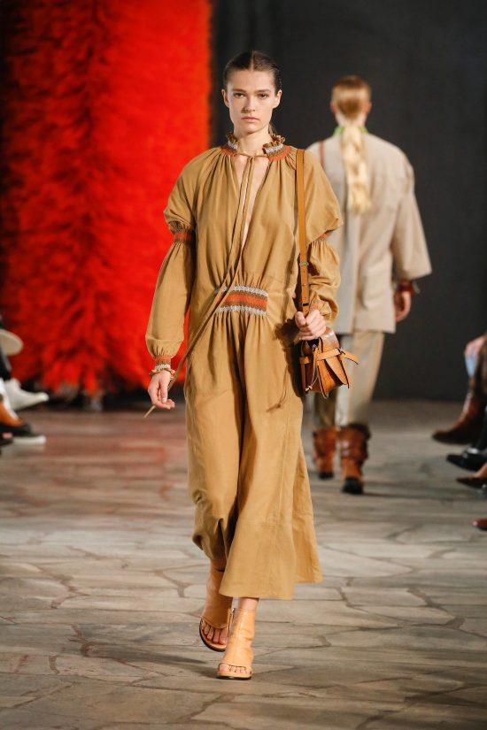 Модное бежевое платье длинное