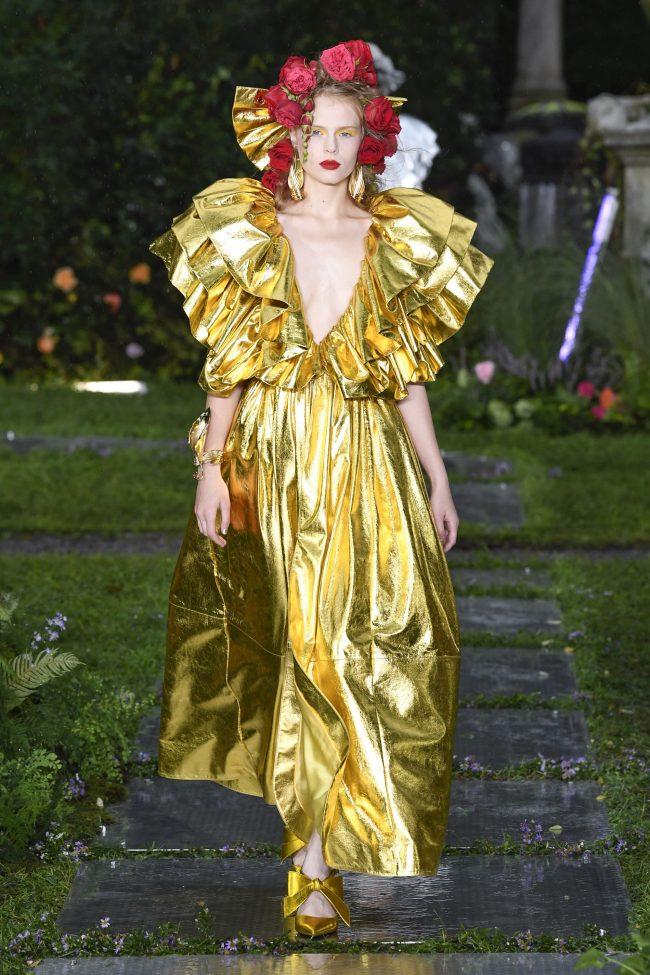 Золотистое платье с рюшами