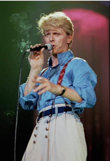 Дэвид Боуи в белых брюках с голубой рубашкой