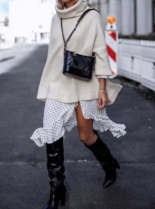 Молочный свитер в сочетании с белой юбкой