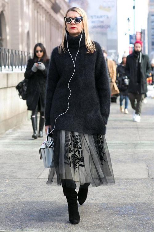 Черный свитер и серая юбка из фатина
