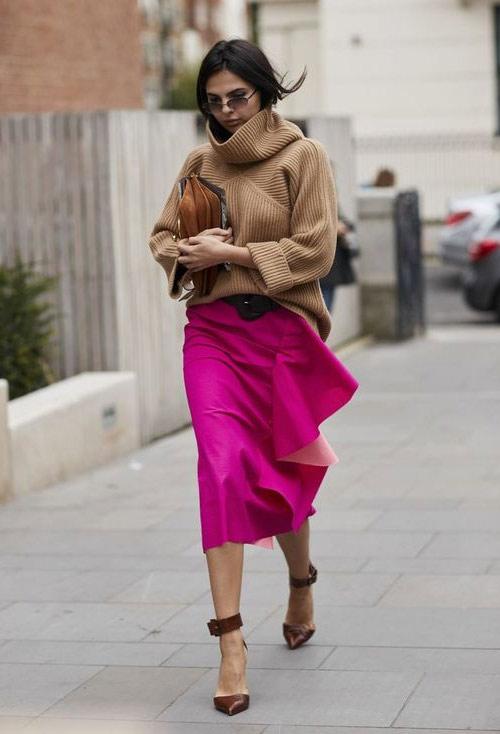 Свитер цвета кофе с молоком и юбка цвета фуксии