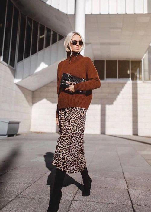 Коричневый свитер и юбка с леопардовым принтом