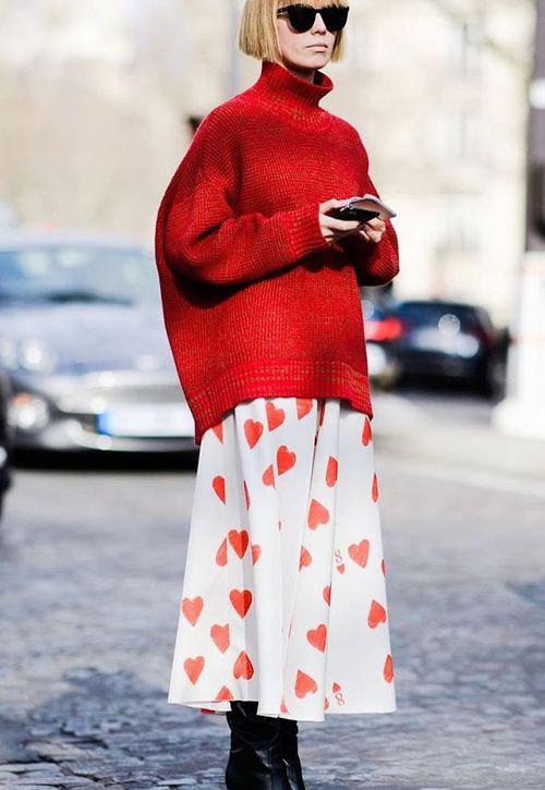 Красный свитер и пышная юбка из тонкой ткани