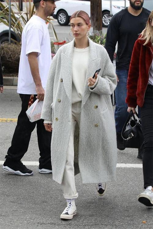 Вся в белом: белое пальто, кеды и брюки